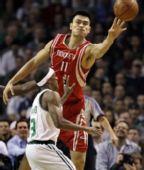 图文:[NBA]火箭VS凯尔特人 姚明试比天高