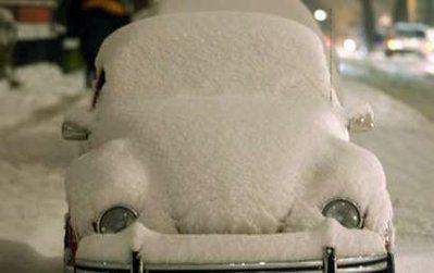 1月5日,在德国多特蒙德,一辆被积雪覆盖的甲壳虫汽车停放在路边。