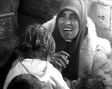 一位失去家园的加沙妇女和孩子