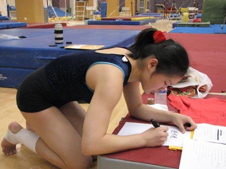 图文:中国体操女队拜年 程菲写下祝福