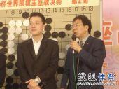 """图文:古力丰田杯夺冠 华以刚""""采访""""古力"""