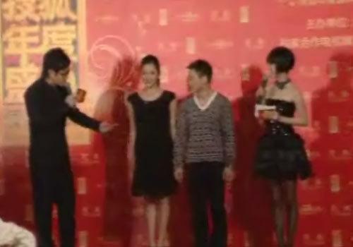 杨威、杨云夫妇走上红毯