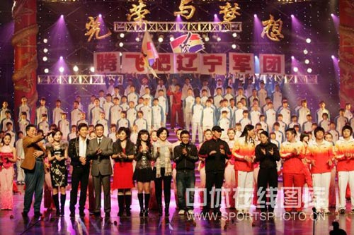 图文:辽宁体坛09春晚 为运动员献上掌声