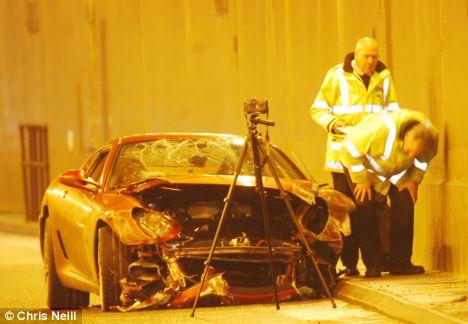 相关人员检查车的被毁程度