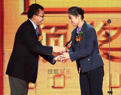 陈陆明先生为李静颁奖