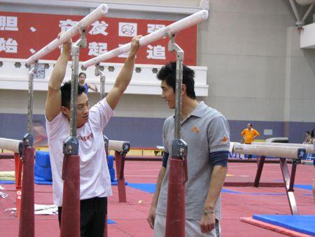 图文:中国体操男队拜年 杨威与滕海滨交谈