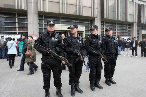 2009年1月8日,杭州特警持枪在杭州火车站售票大厅外巡逻。