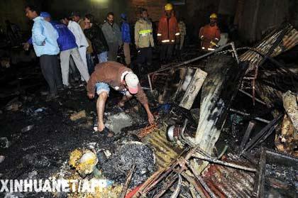 1月8日,巴基斯坦救援人员在卡拉奇市发生火灾的地点工作。据报道,大火烧毁了卡拉奇市一居民区的几十间民房并造成至少38人死亡,25人受伤。新华社/法新