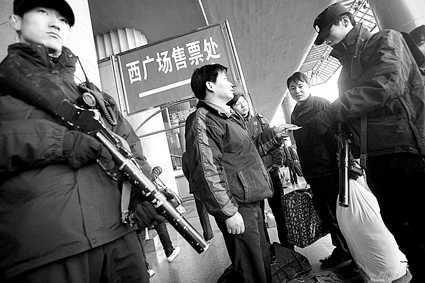 特警持防暴枪在西站广场执勤