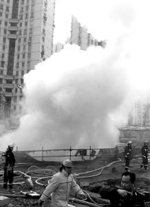 消防队员在现场灭火 摄影 杨眉