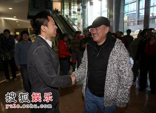 赵本山与张朝阳握手