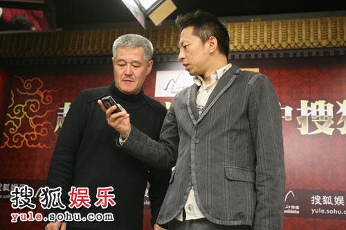 张朝阳送给赵本山一部新款手机