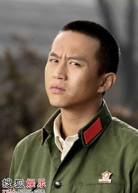 邓超在《人间情缘》中饰演黎小军