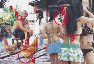 """图片为网友翻拍1月6日 《中国摄影报》。原文图说为""""2007年8月,浙江省楠溪江风景区,一些参加2007模特比赛的选手在泳装展示前整理化妆""""。"""