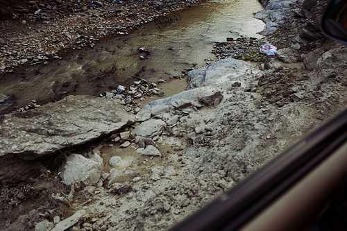 重建房屋必需的沙石只好从河道里挖去,久而久之,河水浑浊,路基被破坏