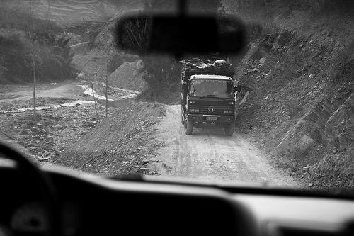 这样窄的道路,根本无法错车,给物资运送也造成了困难