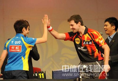 图文:国球大典乒乓球嘉年华 波尔郭跃击掌