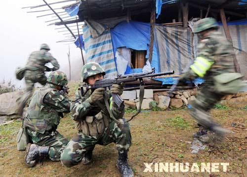 1月9日,4名参加行动的武警重庆总队某部战士正对一目标点展开侦察。新华社记者刘潺摄