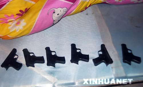 这是在一名制枪嫌疑人家中床单下发现的仿制手枪(1月9日摄)。新华社发(周中余摄)