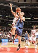 图文:[NBA]公牛平衡进攻完胜奇才 古登奋力封盖