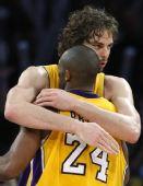 图文:[NBA]步行者负湖人 加索尔与科比庆祝胜利
