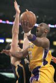 图文:[NBA]步行者负湖人 科比上篮