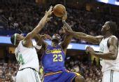 图文:[NBA]骑士胜凯尔特人 詹姆斯遭夹防