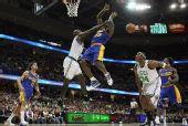 图文:[NBA]骑士胜凯尔特人 詹姆斯遭加内特侵犯