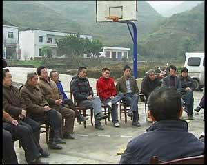 开县是重庆外出民工最多的地区之一,有48.5万人外出打工,当记者来到开县温泉镇乐园村时,当地政府负责人正和几十名返乡农民工聚在一起,讨论今年开县如何应对即将爆发的返乡潮。