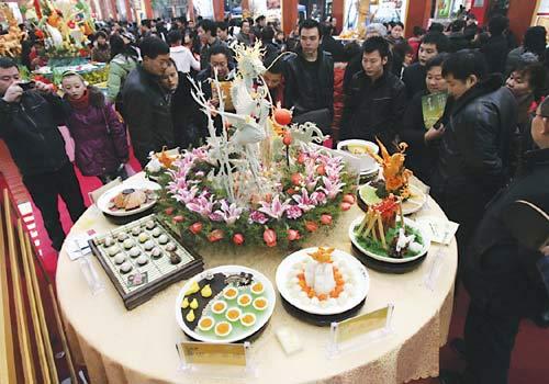 """第二届重庆都市美食展开幕,一名为""""龙凤""""的美食吸引了大量市民围观"""