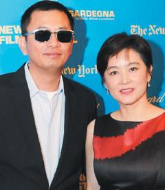 王家卫(左)取得林青霞第1部和第100部的电影版权。