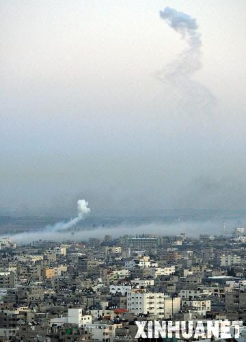 1月10日,加沙城上空飘荡着以色列空袭后的烟雾。据加沙地带急救部门消息,以军当日继续军事打击加沙地带,共造成至少31人死亡。 新华社发(纳赛尔摄)