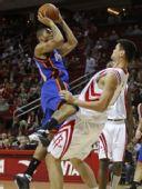 图文:[NBA]火箭VS尼克斯 钱德勒单打姚明