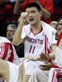 图文:[NBA]火箭VS尼克斯 姚明场下呐喊