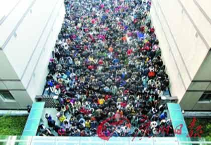 昨日,湖北武汉,考生们走进华中科技大学研究生考试场地.