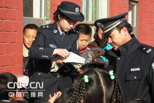 包头铁警为孩子们讲解爱路护路知识