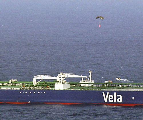 船主向劫持该油轮的索马里海盗空降赎金的照片