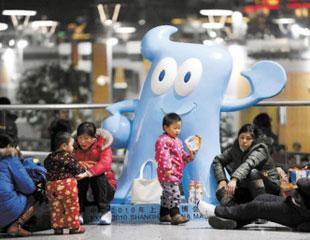 等待回家的人们在铁路上海南站休息