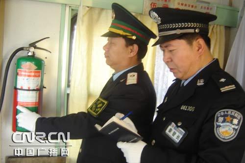 图为列车乘警长和列车长共同进行消防检查