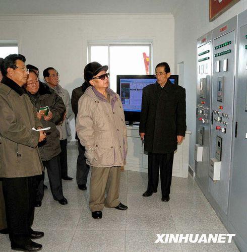 这是朝鲜中央通讯社1月6日提供的朝鲜最高领导人金正日视察江原道元山青年水电站的照片。金正日近日视察了刚刚竣工的江原道元山青年水电站。他要求朝鲜各地根据水力资源情况建设更多的水电站,以满足日益增加的电力需求。新华社/朝中社