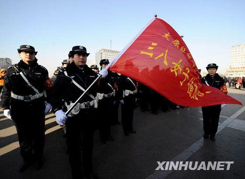 1月11日,三八女子执勤队的队员在挂牌上岗仪式上。