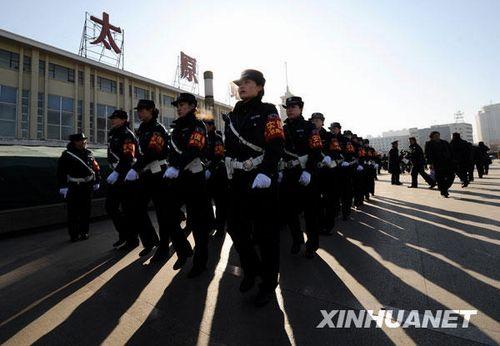 1月11日,在太原火车站广场,三八女子执勤队的队员正在列队行进。