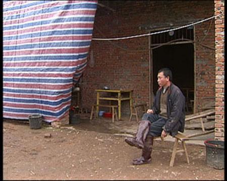 在金堂县的竹篙镇,记者见到了39岁的雷水平,雷水平的家是这栋连外墙都还裸露着的房子,然而他打算粉刷的心愿今年又被迫延后了,因为2008年他无奈的提前返乡了。