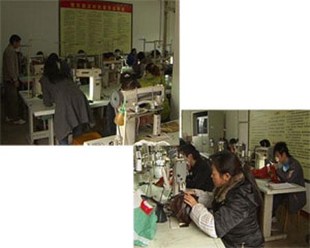 """金堂县劳动局调查返乡农民工的就业意愿时发现,在5090个调查对象中,有2623人都打算""""学门手艺"""",2009年1月5日上午,记者看见,金堂县白果镇马家林村的活动室,已经变成了一个制鞋技术培训班,几十名学员面前摆放着一台台的制鞋设备。"""