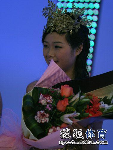 图文:总冠军赛礼仪小姐惊艳 礼仪小姐笑靥如花