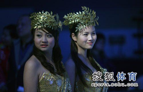 图文:总冠军赛礼仪小姐惊艳 礼仪小姐等待登场