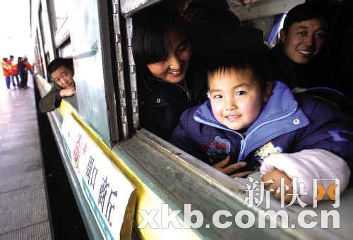 回家的感觉真好  坐上火车之后,一脸兴奋的小孩。每年春运,很多人都是乘坐火车回老家与亲人团聚。 新快报记者许力夫黎湛均通讯员谢小玲/摄