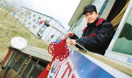 春节要到了,向新勇特意购买了火红的中国结装饰板房KTV