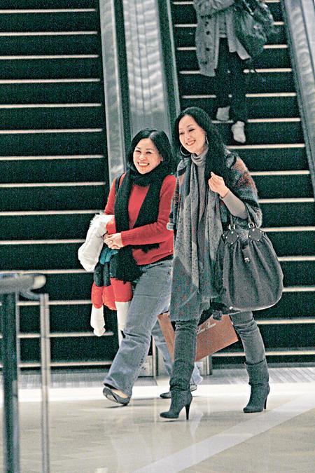 章小蕙与好友卢觅雪结伴逛IFC商场。