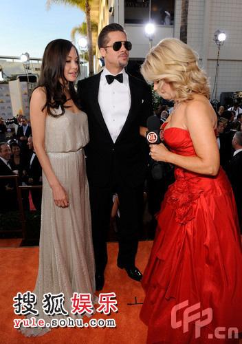 朱莉和布拉德-皮特情侣档甜蜜亮相,接受主持人采访
